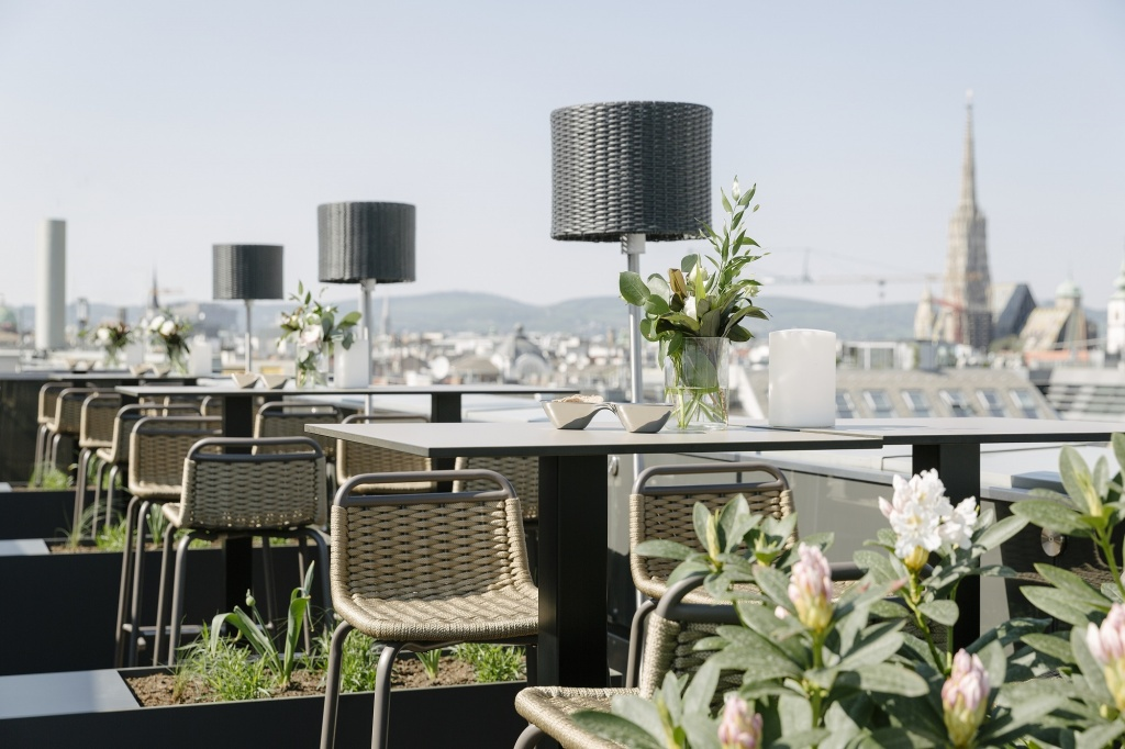 The Ritz-Carlton, Vienna - Atmosphere Rooftop Bar 2.jpg